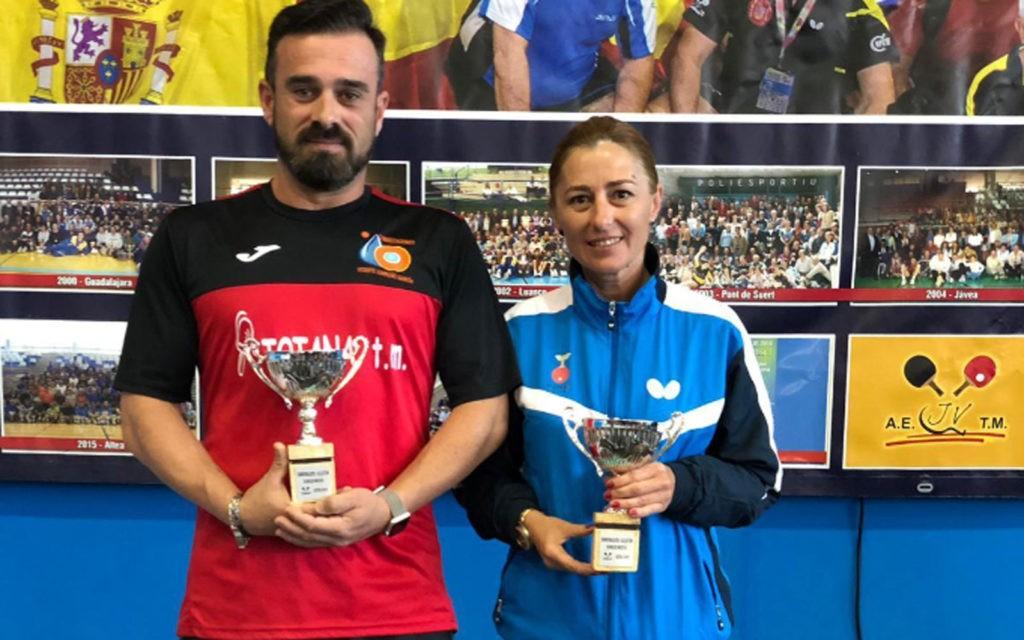 Jugadores de tenis de mesa posan con sus trofeos