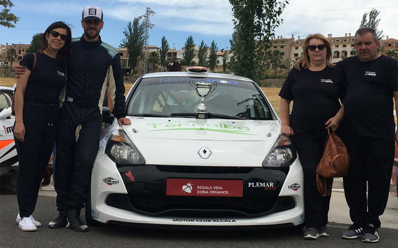 Antonio Navarro junto a su Renault Clio