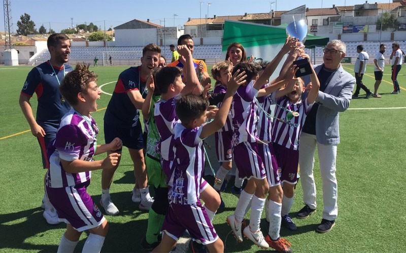 Jugadores del Atlético Jaén celebran el título