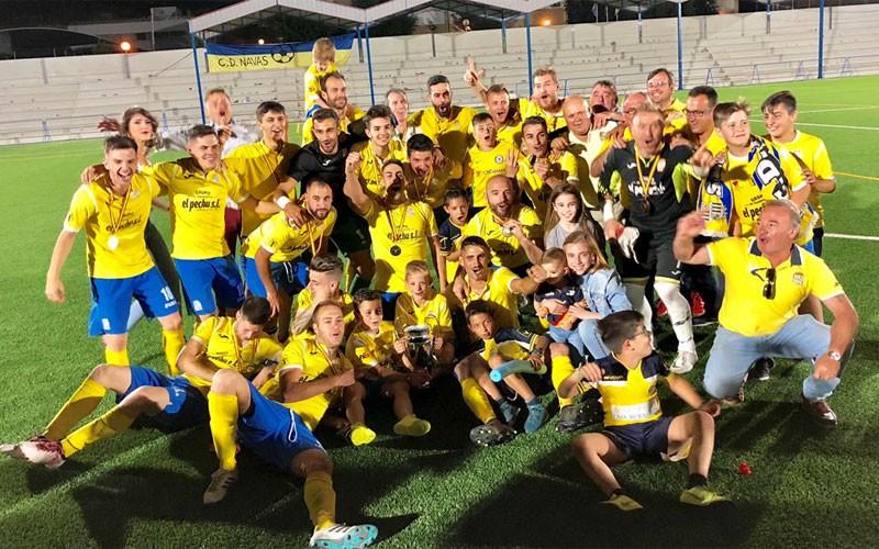 Jugadores del CD Navas celebran el título