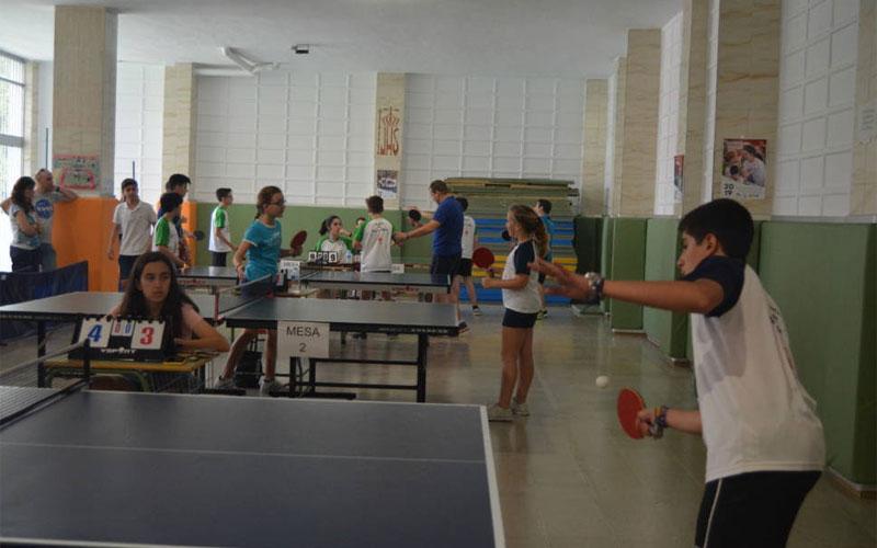 Chicos y chicas jugando al tenis de mesa