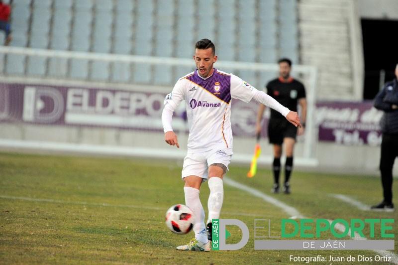 Álvaro Ocaña conduce un balón durante un partido del Real Jaén.