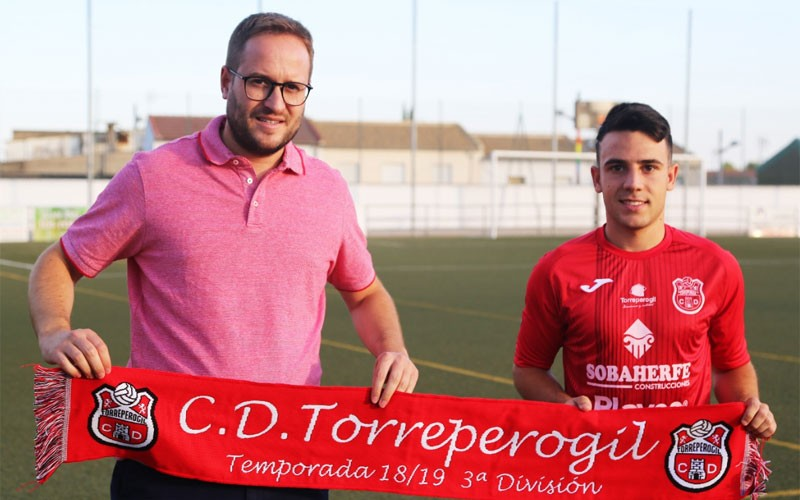Adri en su presentación como jugador del CD Torreperogil