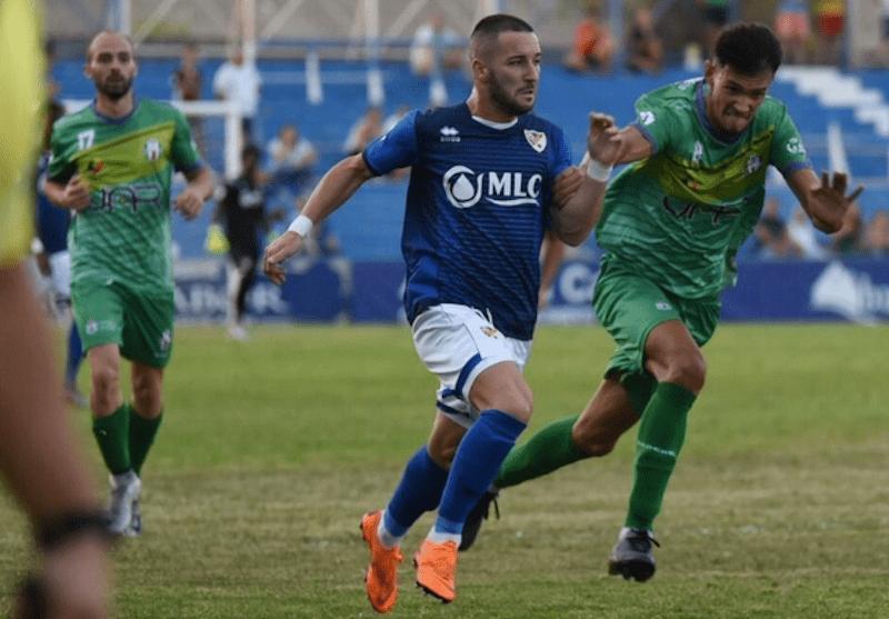 Jugada del partido entre el Linares Deportivo y el Mancha Real
