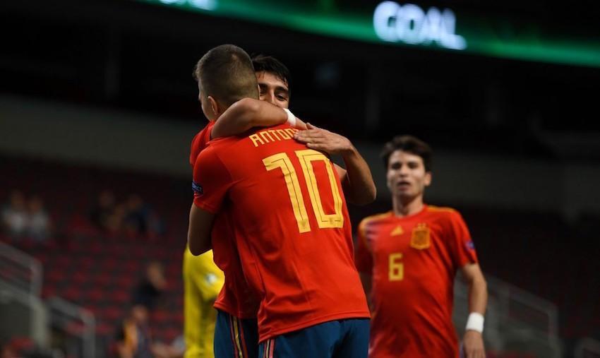 Antonio Pérez y Bernat Povill se abrazan en la celebración del gol.