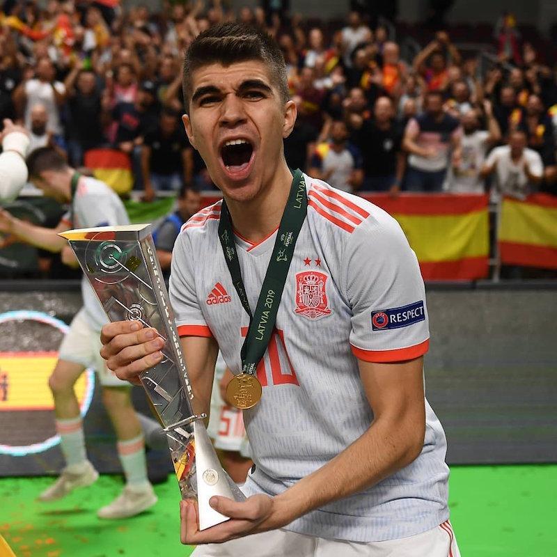 El jiennense Antonio Pérez con el trofeo del Campeonato de Europa Sub-19.