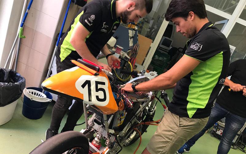 Mecánicos trabajando en una moto