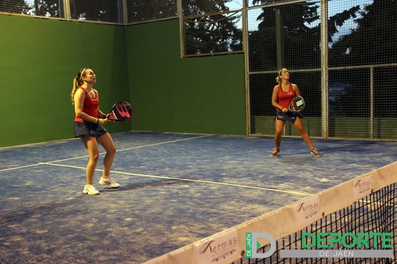 Dos jugadoras disputan en Úbeda un encuentro del Torneo de Pádel.