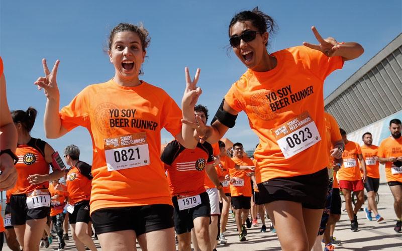 Dos chicas en una carrera Beer Runners