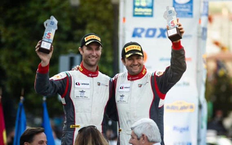 Piloto y copiloto celebran el título de campeones de españa de rally