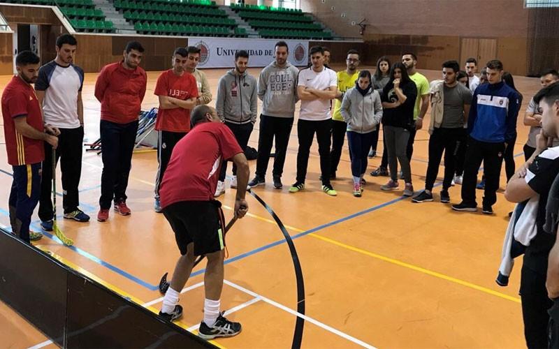 Alumnos asisten a una jornada de floorball en la Universidad de Jaén