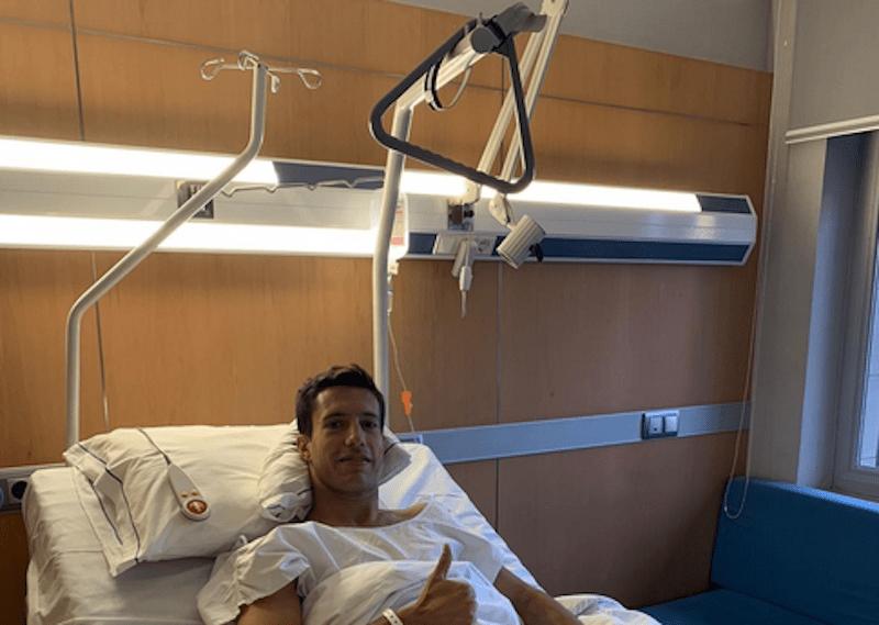 El futbolista del Linares Deportivo Joan Grasa tras ser operado.