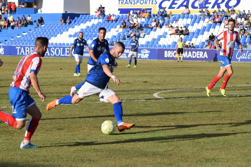 Ataque del Linares Deportivo ante el Poli Almería.