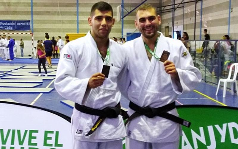Judocas jiennenses posan con sus medallas