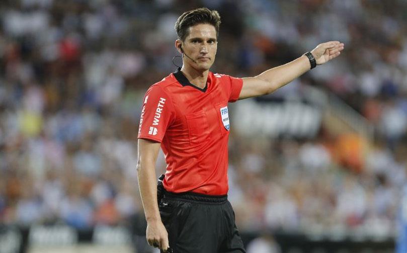 Munuera Montero dirigiendo un partido de Liga Santander