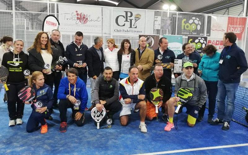 Los jugadores recogen sus premios en el torneo de pádel en Linares