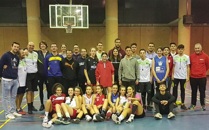Árbitros participantes en la jornada junto al cadete femenino de Jaén CB