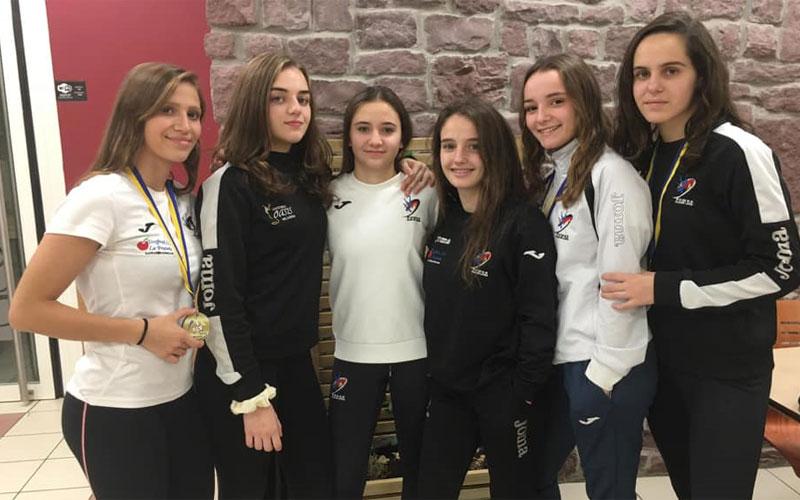 Luchadoras del Power Torredelcampo posando con sus medallas
