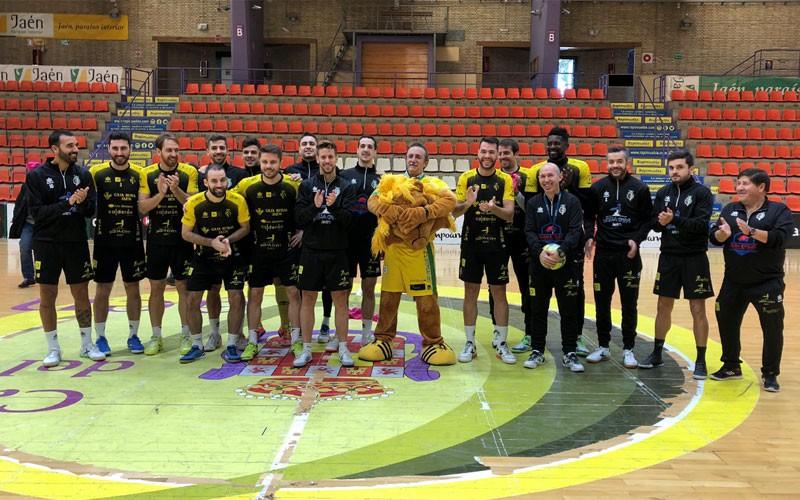 Jugadores del Jaén Paraíso Interior junto a Santi Rodríguez