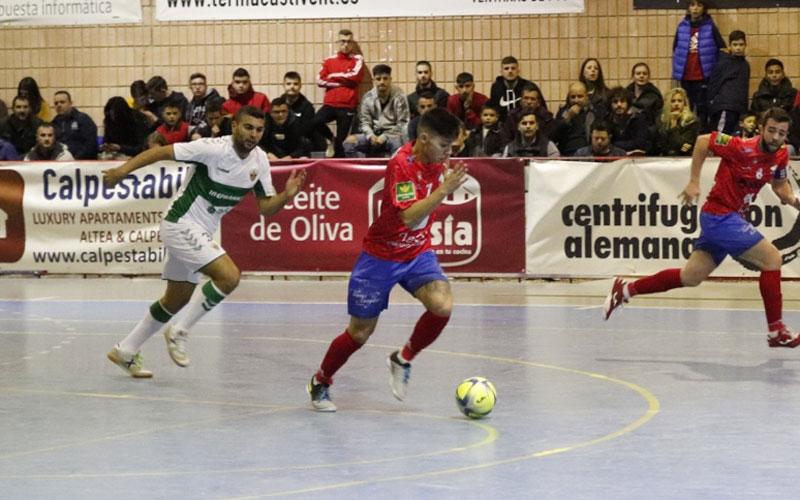 Pedro Flores conduce la pelota en un partido del Mengíbar FS