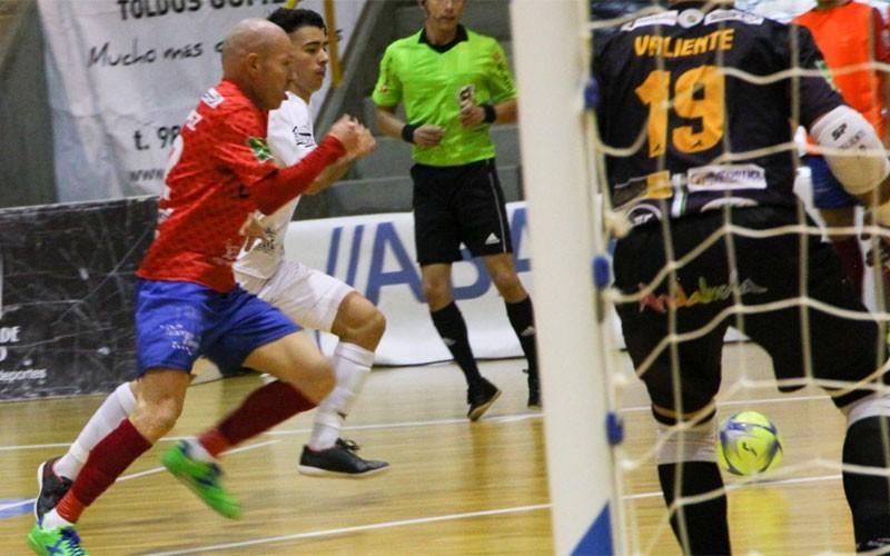 Jugadores en una acción del partido entre Santiago y Mengíbar FS