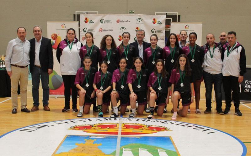 Jugadoras y técnicos de la selección jiennense de baloncesto infantil femenino