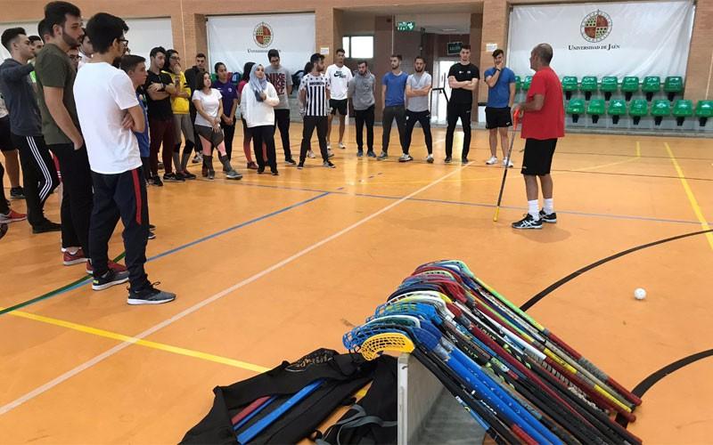 jóvenes universitarios en una sesión de floorball en la universidad de jaén