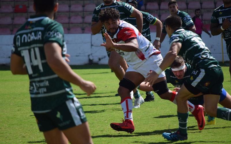 Un jugador de UR Almería presionado por jugadores de Jaén Rugby
