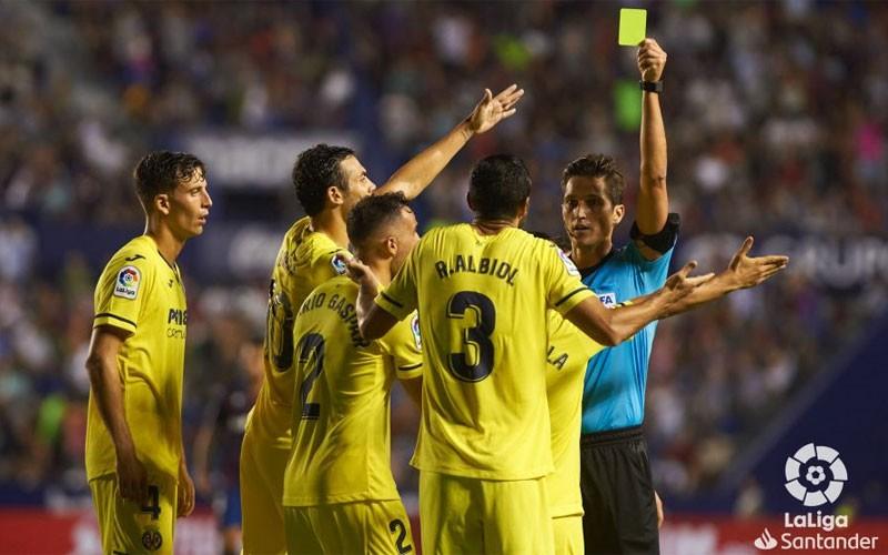 Munuera Montero muestra una cartulina amarilla a un jugador del villarreal