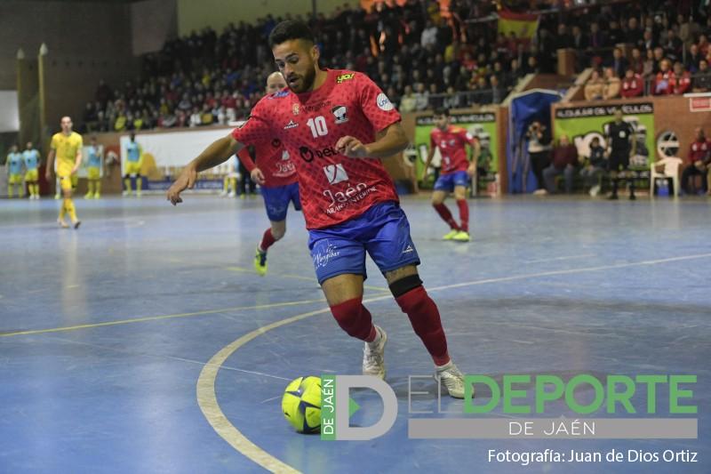 un jugador del mengíbar fs controla un balón en un partido de fútbol sala