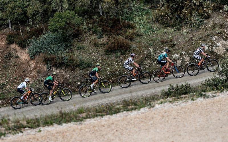 ciclistas durante una etapa de la andaucía bike race