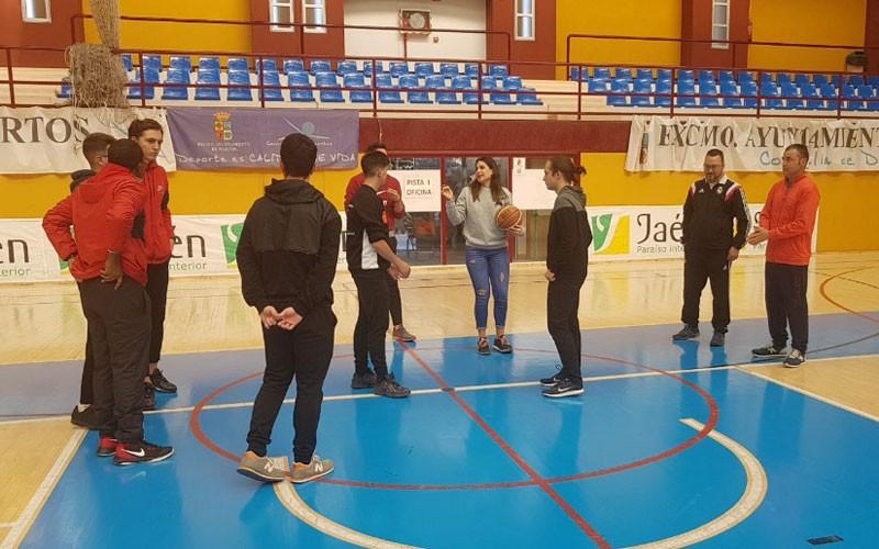 alumnos y profesora en el curso de árbitros y auxiliares de mesa organizado por fAB Jaén