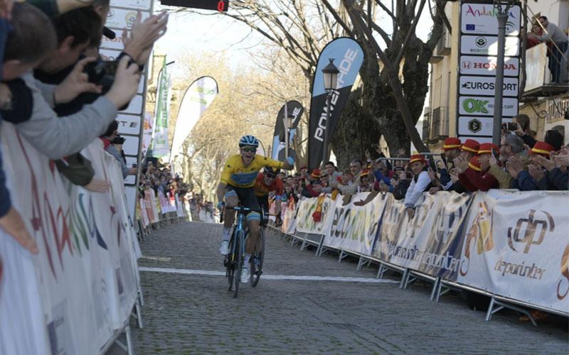 Fuglsang cruzando la línea de meta en úbeda en la tercera etapa de la vuelta ciclista a andalucía