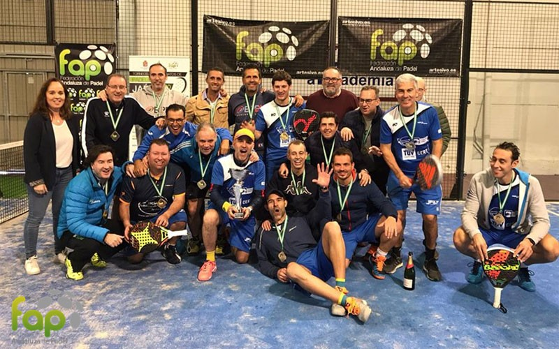 jugadores de padelakademia celebrando el título de campeones de andalucía de veteranos de padel