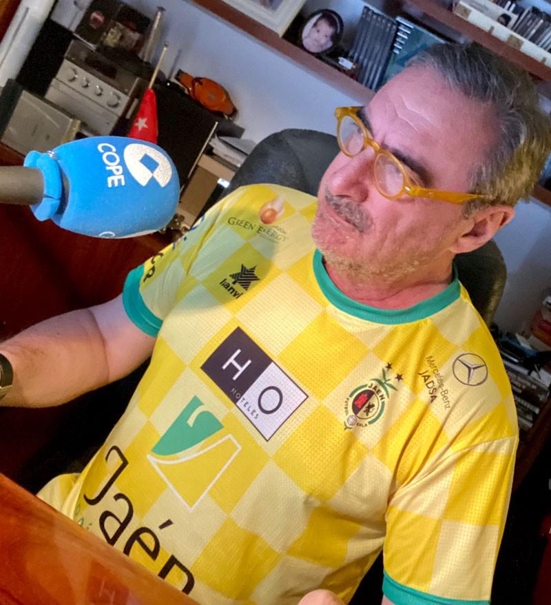 Carlos Herrera, periodista de Cope con la camiseta del Jaén Paraíso Interior