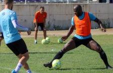 El internacional camerunés ya entrena con el equipo blanco. Foto: Real Jaén CF.
