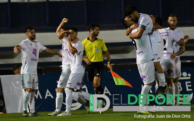 jugadores del real jaén celebran el gol al linares en el play off
