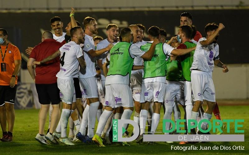 jugadores del real jaén celebran la victoria ante el linares en el play off