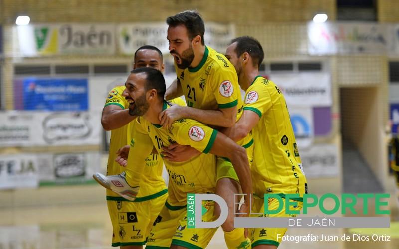 jugadores del jaén paraíso interior celebran un gol
