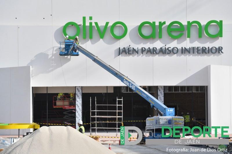 operarios realizan intervenciones en el Olivo Arena