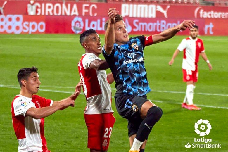 Jose Corpas intenta cabecear un balón en el Girona - Almería