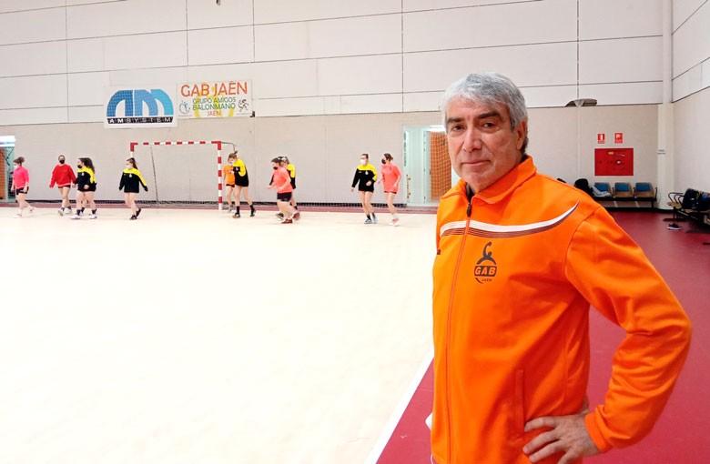 Justo Gámez en un entrenamiento del GAB Jaén femenino sénior