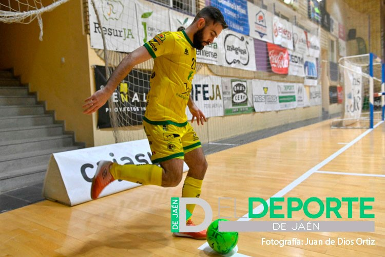 Míchel procede a golpear el balón en el pabellón de La Salobreja