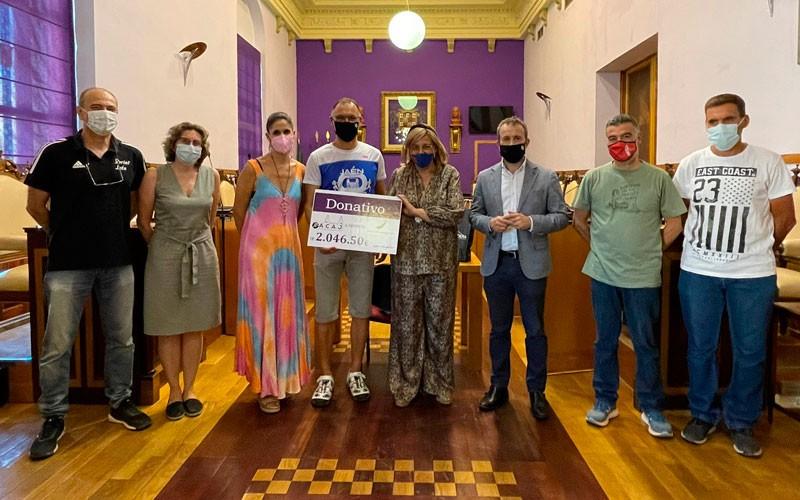 entrega donativo maraton en pista jaén asociación autismo