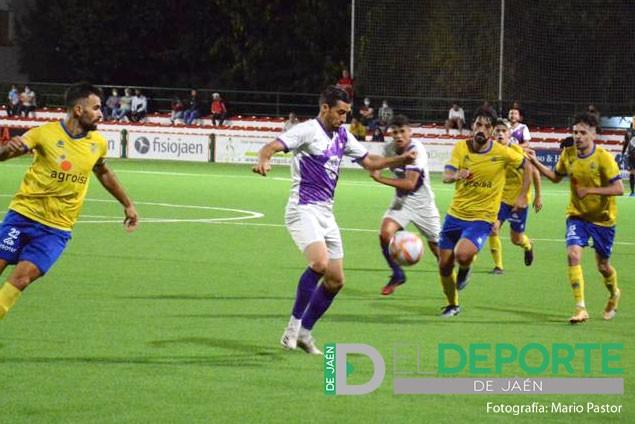 El Real Jaén mejora la imagen pero le falta el gol ante el Huétor Tájar