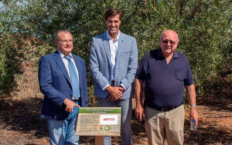Carboneros reconoce a federaciones de atletismo, ciclismo y caza con el «Olivo Solidario El Aceite de la Vida»